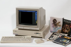 Den første Amiga-modellen, sammen med noen tidlige programmer og spill.