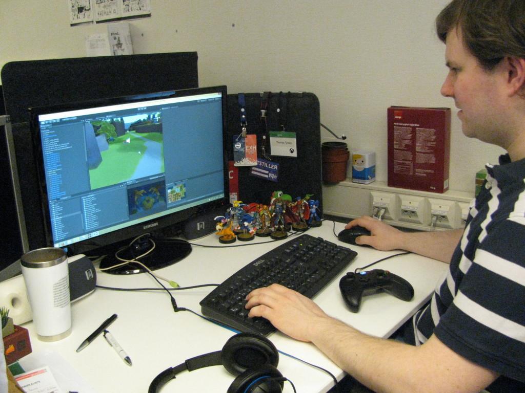 Thomas Tyssøy er programmerer hos Rain Games. Her viser han Spillhistories utskremte hvilke muligheter utviklingsverktøyene har.