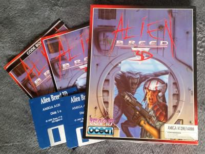 Spillboksen, manualen, kodeboken og diskettene.
