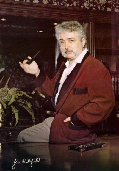 Jim Butterfield. Han gikk neppe kledd slik til vanlig, dette bildet er fra bladet Transactor, der han fikk rollen som «midtsidepike».