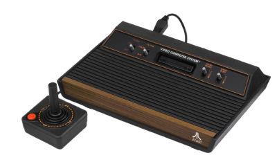 En populær variant av Atari 2600 (bilde: Evan-Amos).
