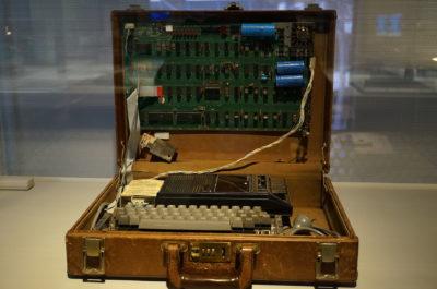 Brukerne måtte sette sammen maskinen selv. Her er en original maskin i en koffert. Se nederst for bildekreditering.