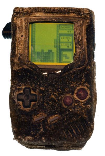 Denne Game Boy-konsollen fikk hard medfart under den første Gulf-krigen. Men den fungerer fortsatt! Bilde: Evan Amos.